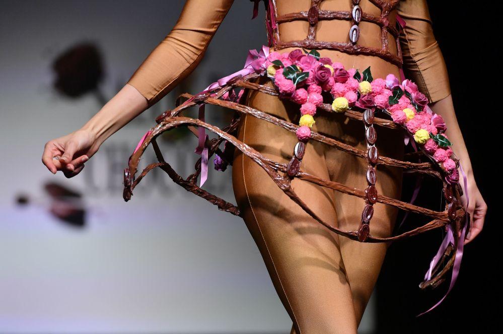 Modelka v čokoládových šatech na módní přehlídce na veletrhu čokolády v Bruselu