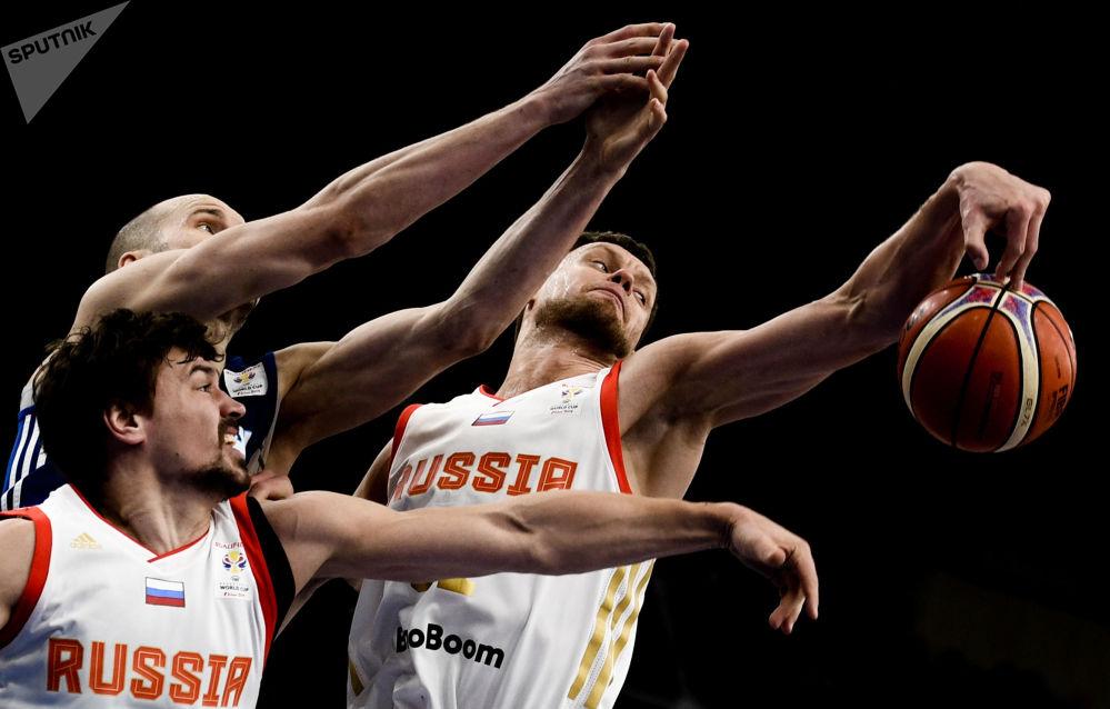 Hráč ruského národního týmu Jevgenij Baburin, finský hráč národního týmu Tuukka Kotti, hráč ruského národního týmu Peter Gubanov v basketbalovém utkání v rámci kvalifikačního kola na mistrovství světa v roce 2019