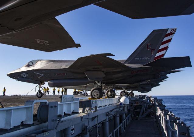 Americká letadla F-35B na palubě lodě USS America