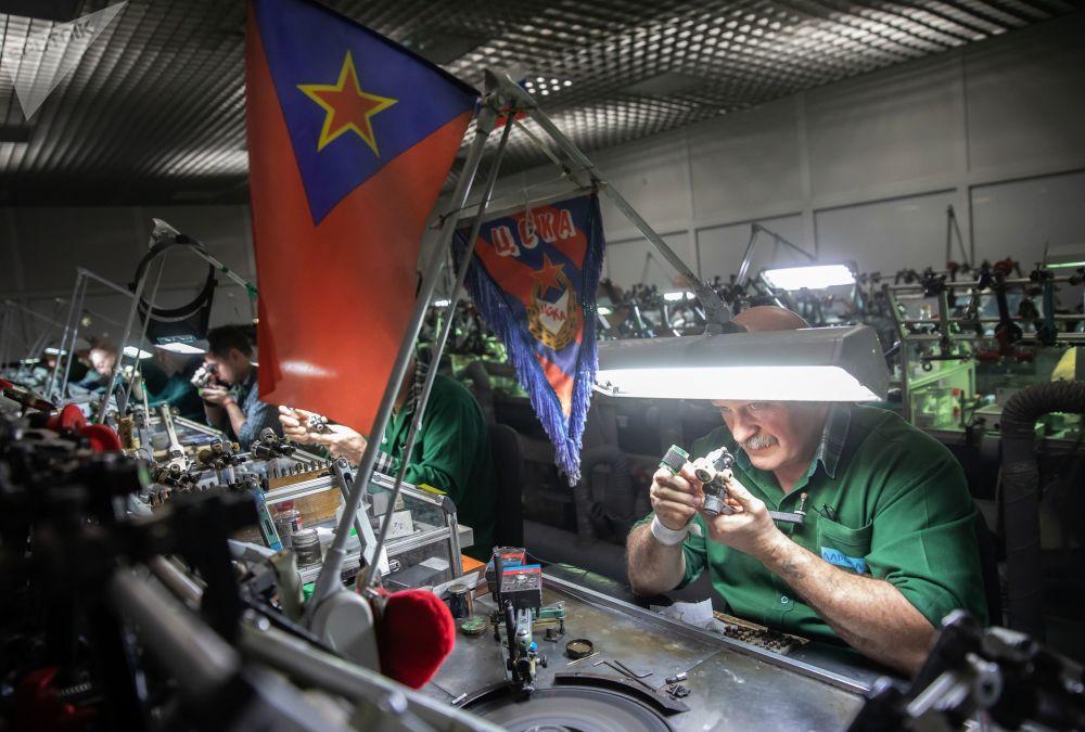 Zaměstnanci leští diamanty ve zpracovatelské dílně společnosti Brilianty Alrosa s. r. o. v Moskvě