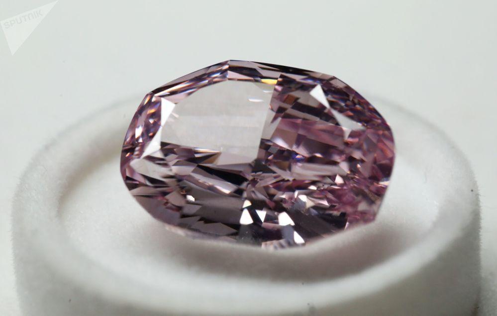 """Diamant """"Nádherný růžový"""" ve formě ovál o hmotnosti 14,83 karátů, který byl představený na výstavě diamantů společnosti Alrosa"""