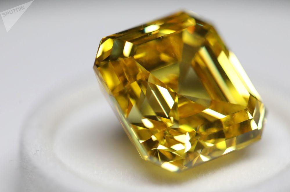 """Diamant """"Oslnivý žlutý"""" ve formě asscher, 20,69 karátů, na výstavě diamantů společnosti Alrosa"""