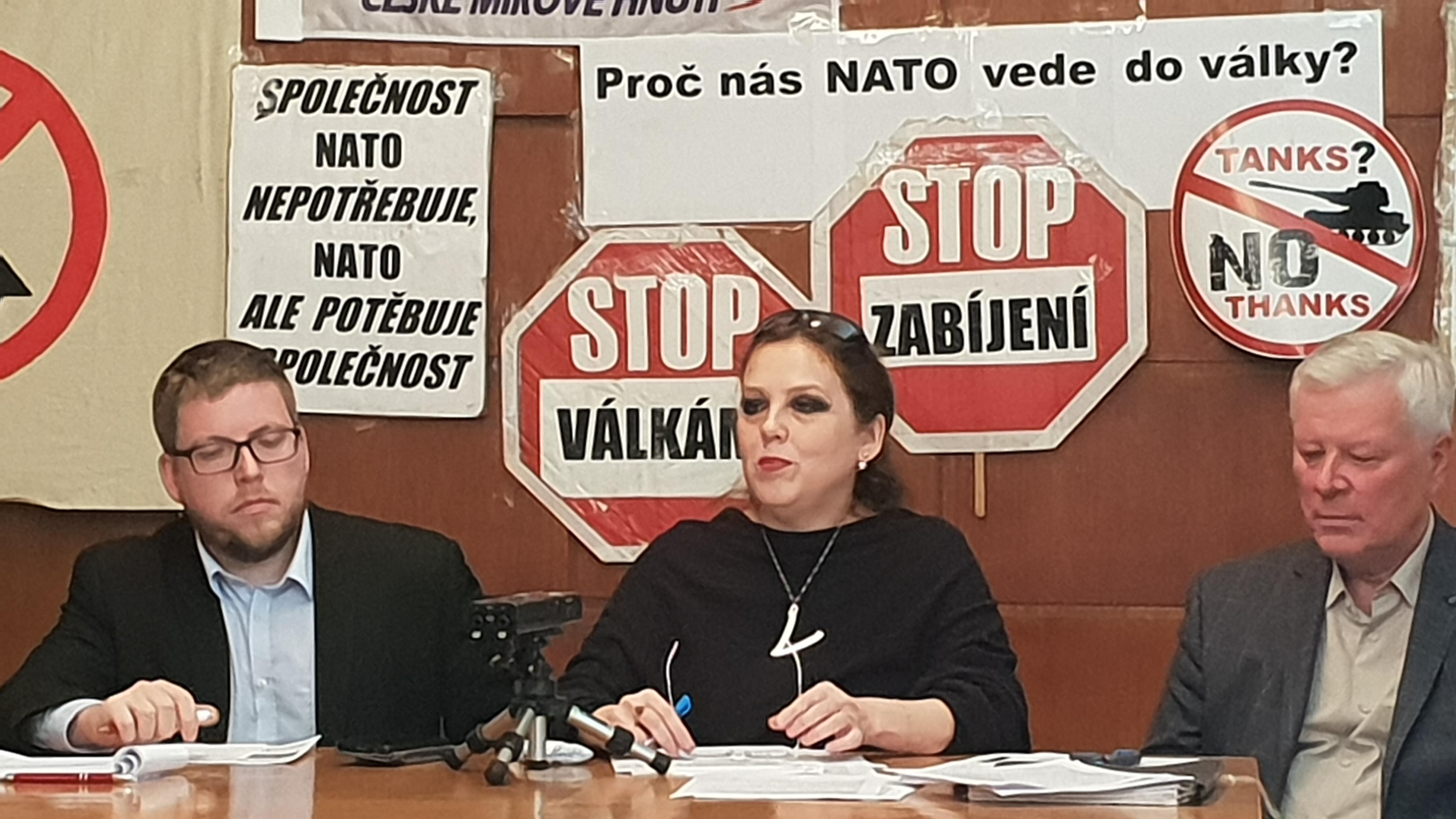 Tisková konference proti NATO v Domě odborových svazů v Praze