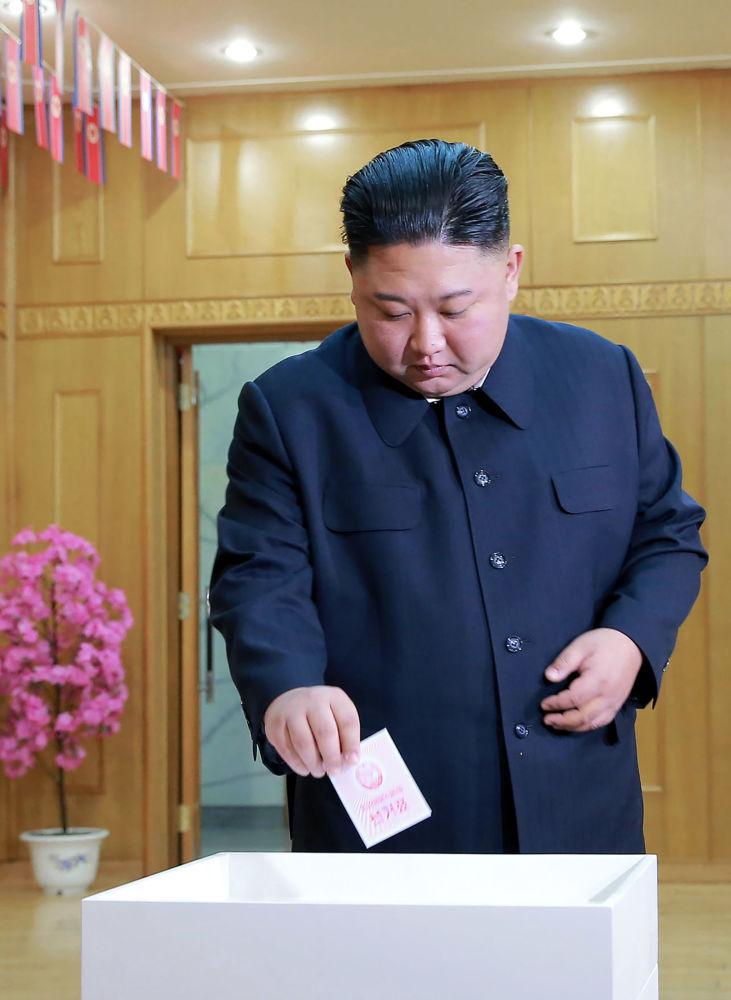 Lídr KLDR Kim Čong-un ve volební místnosti v Pchjongjangu