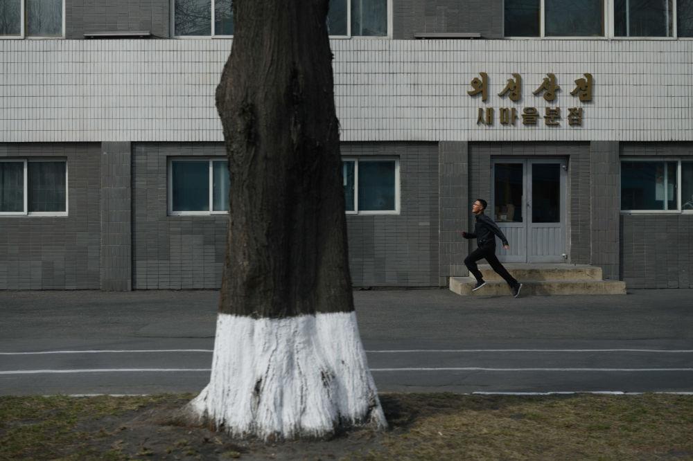 Muž běží po ulici