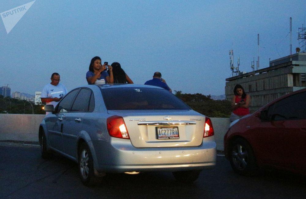 Obyvatelé Caracasu zastavili na dálnici, aby chytili mobilní signál