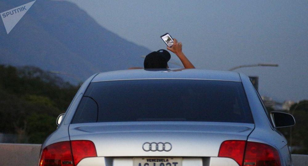 Obyvatel Caracasu zastavil, aby chytil signál Wi-Fi