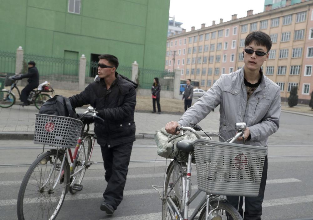 Cyklisté v Pchjongjangu, Severní Korea.