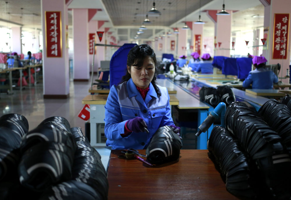 Zaměstnankyně obuvní fabriky Ryuwon v Pchjongjangu, Severní Korea.