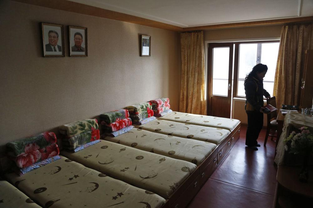 Pokoj v ubytovně patřící jedné textilní továrně v Pchjongjangu, KLDR.
