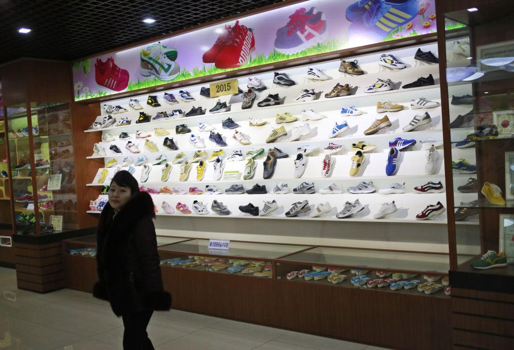 Kolekce výrobce bot Ryuwon v Pchjongjangu, KLDR.