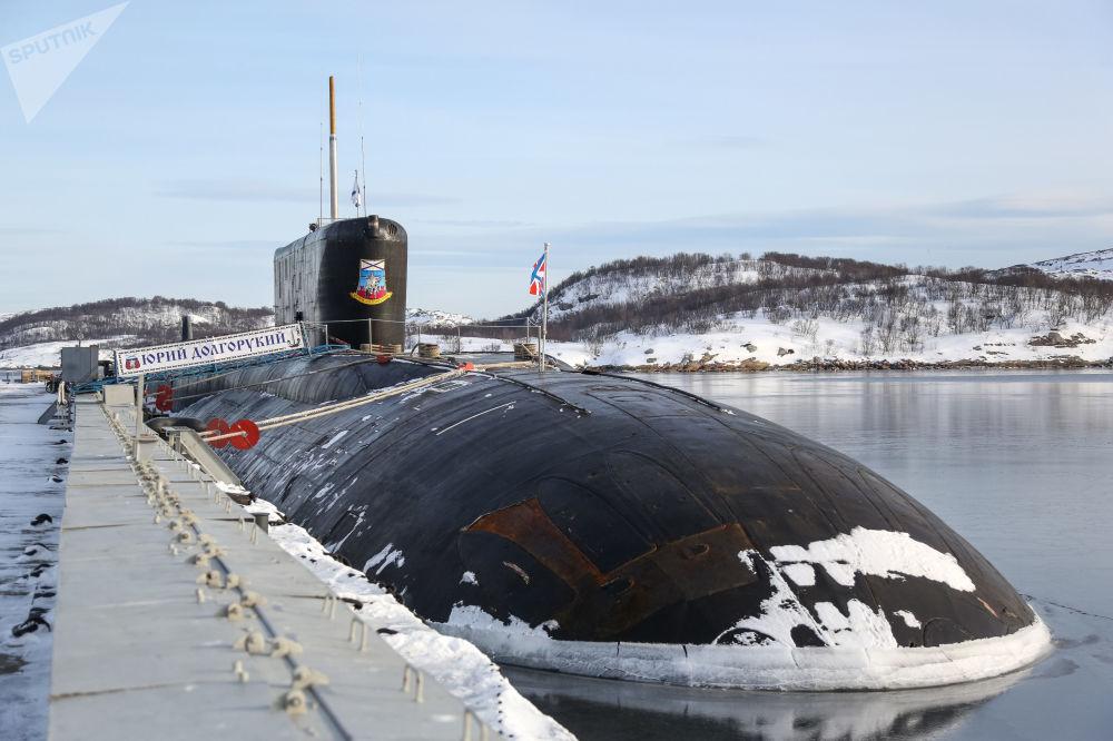 Jaderná ponorka K-535 Jurij Dolgorukij v přístavu ve městě Gadžijevo.