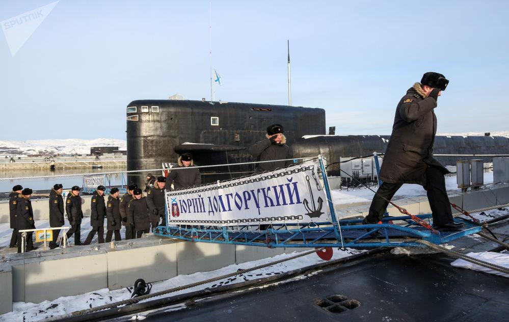 Členové posádky mířící na palubu jaderné ponorky K-535 Jurij Dolgorukij v Gadžijevu.