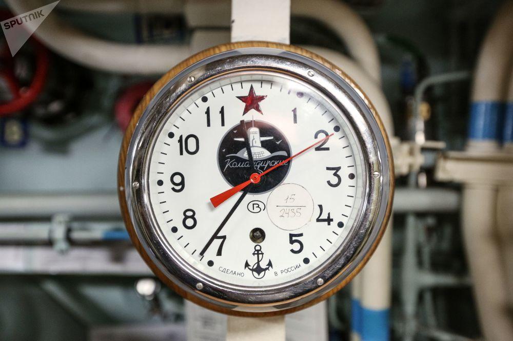 Velitelské hodiny uvnitř jaderné ponorky K-535 Jurij Dolgorukij.