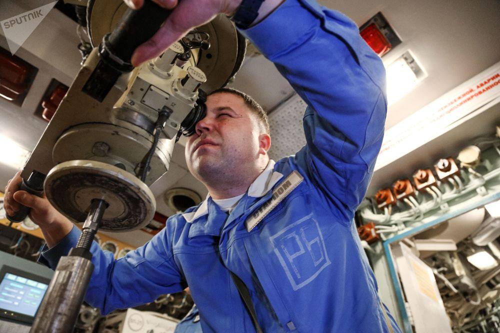 Jeden z asistentů velitele lodi uvnitř jaderné ponorky K-535 Jurij Dolgorukij