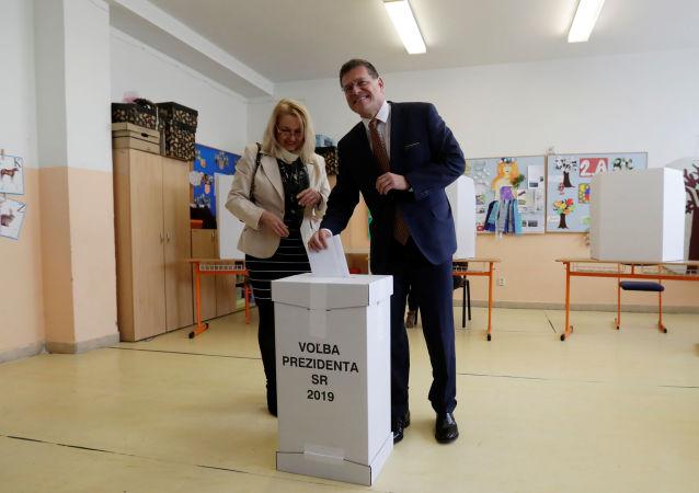 Prezidentský kandidát Maroš Šefčovič volí na Základní škole v Karlové Vsi.