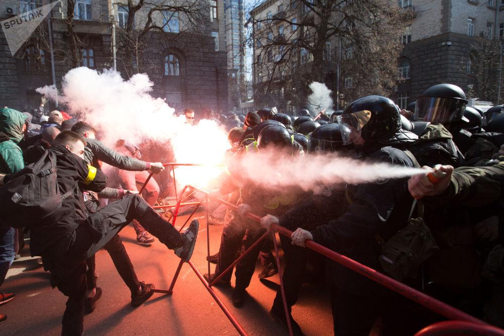 Střety mezi nacionalisty a policisty v blízkosti budovy kanceláře ukrajinského prezidenta v centru Kyjeva.