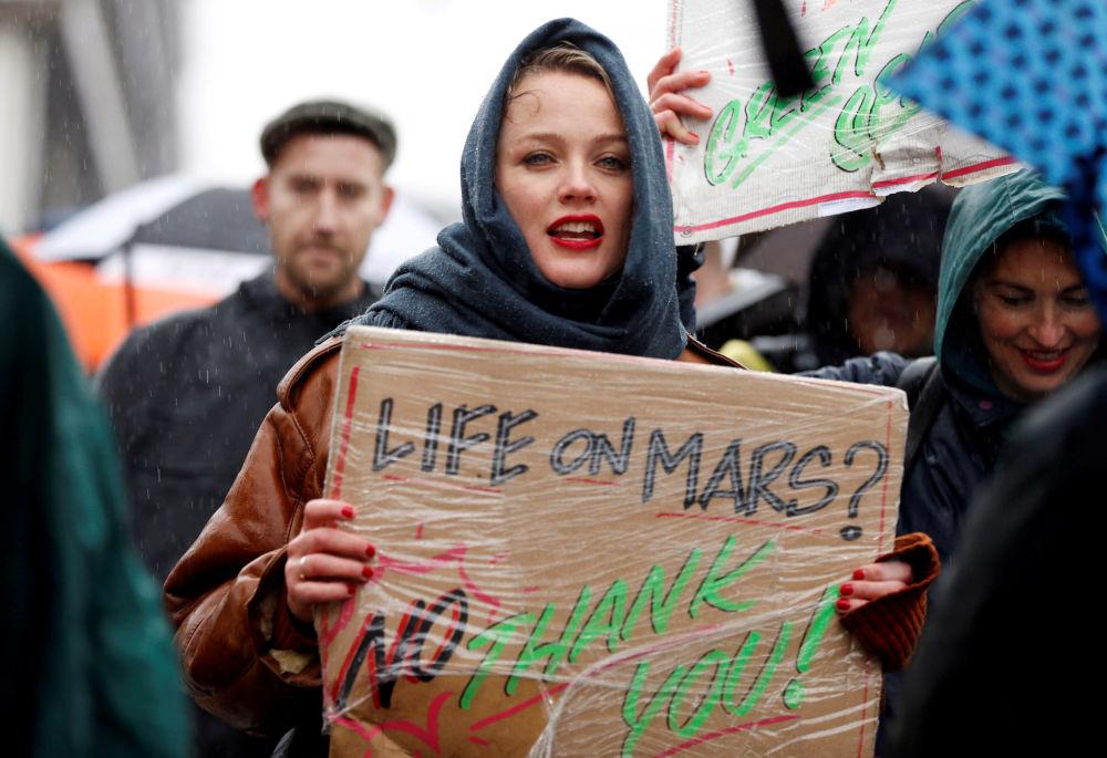 Účastnice mítinku za přijetí naléhavých opatřeních v oblasti změny klimatu v centru Amsterdamu.