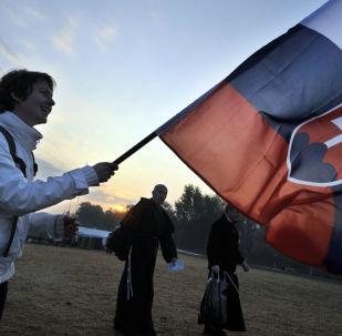 Muž se slovenskou vlajkou v Praze