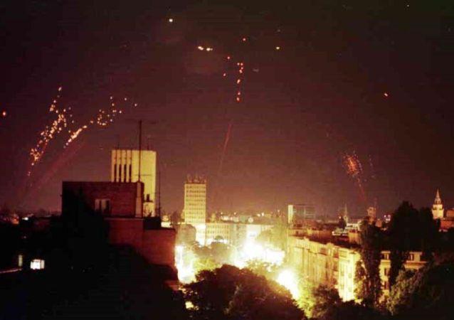 Jugoslávská protivzdušná obrana se snaží sestřelit americké letouny