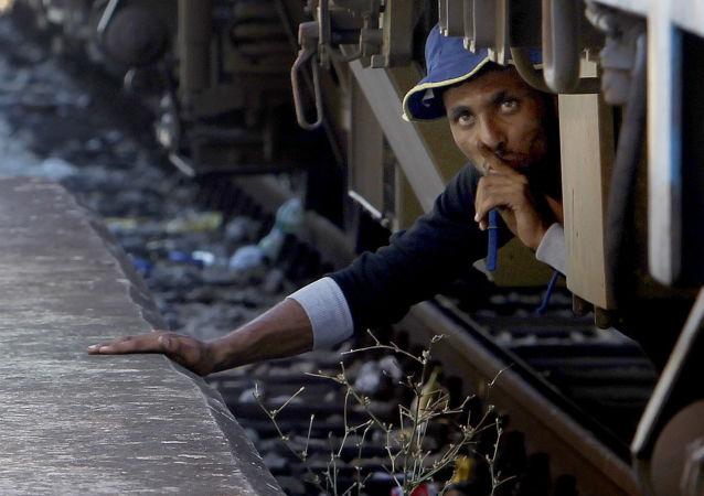 Migrant se schoval pod vlakem