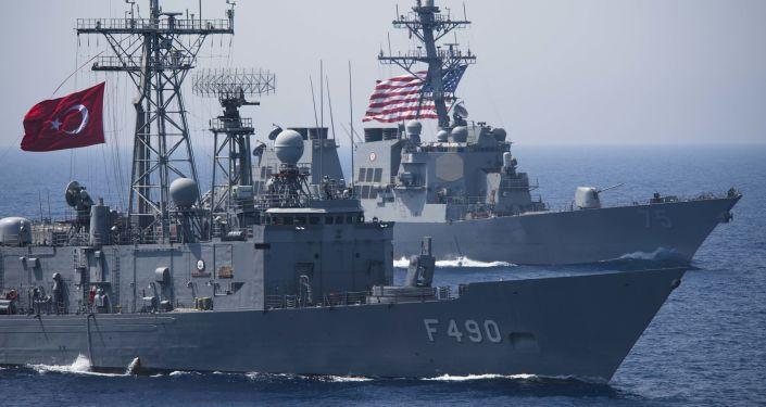 Turecká fregata TCG Gaziantep (F-490) a americký raketový torpédoborec USS Donald Cook (DDG 75) během cvičení