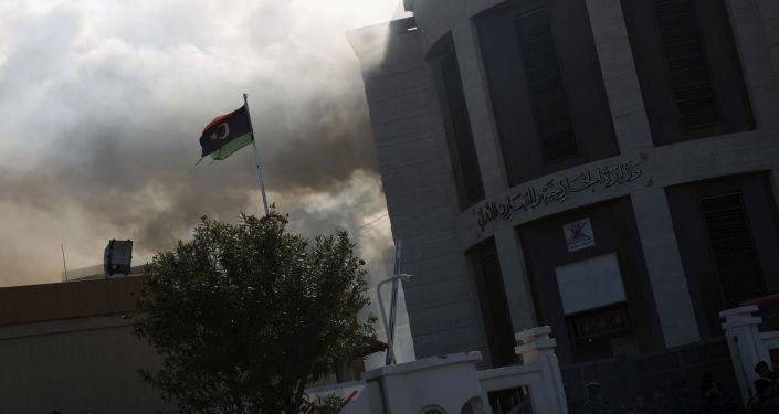 Kouř vedle budovy ministerstva zahraničí v Tripolisu