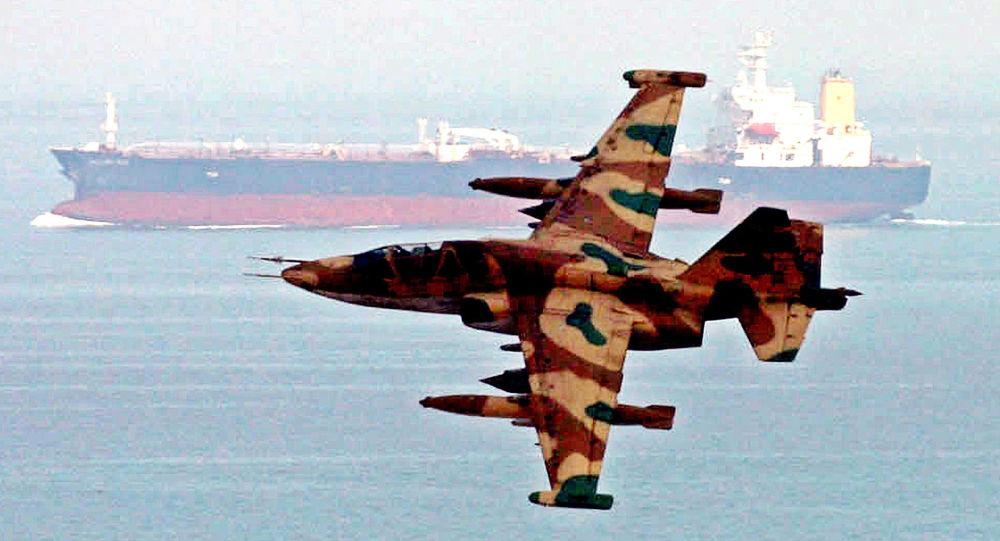 Hlídkový letoun Íránských revolučních gard u ropného tankeru během manévrů v Ománském zálivu