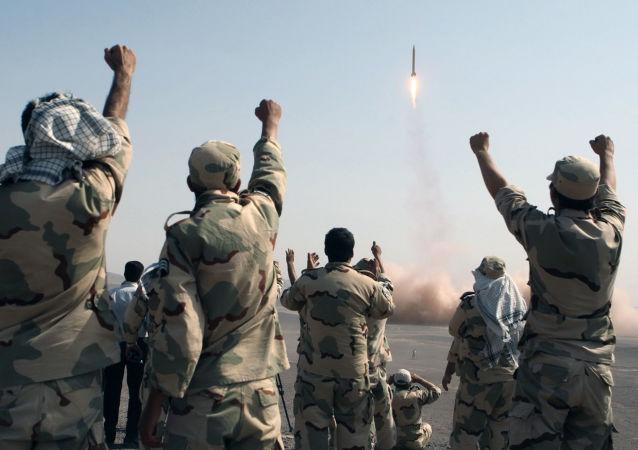 Členové IRGC se radují z úspěšného startu rakety, Írán