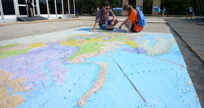 Mladí lidé se dívají na mapu Ruska na Krymu
