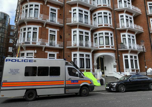 Policejní auto u velvyslanectví Ekvádoru v Londýně, kde byl zadržen Julian Assange