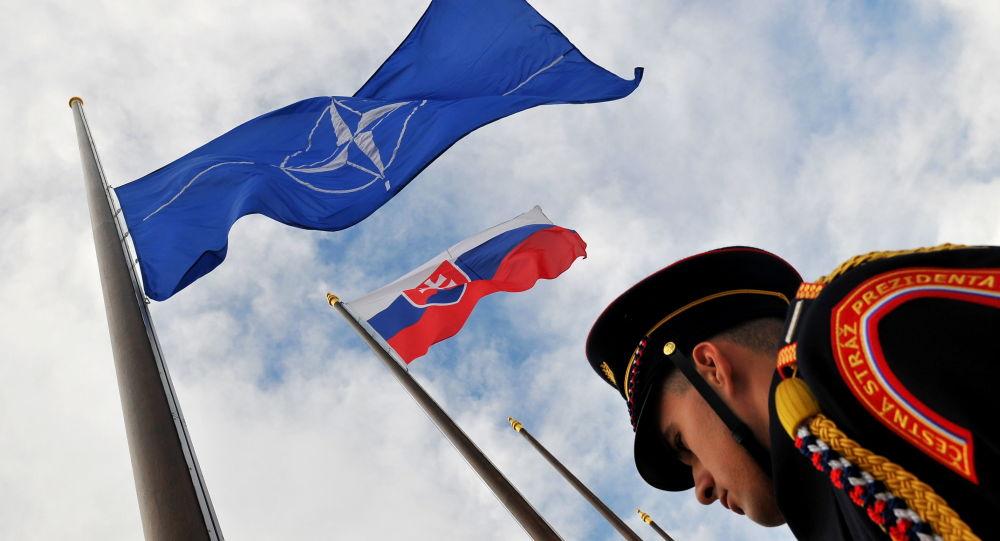 Vlajky Slovenska a NATO