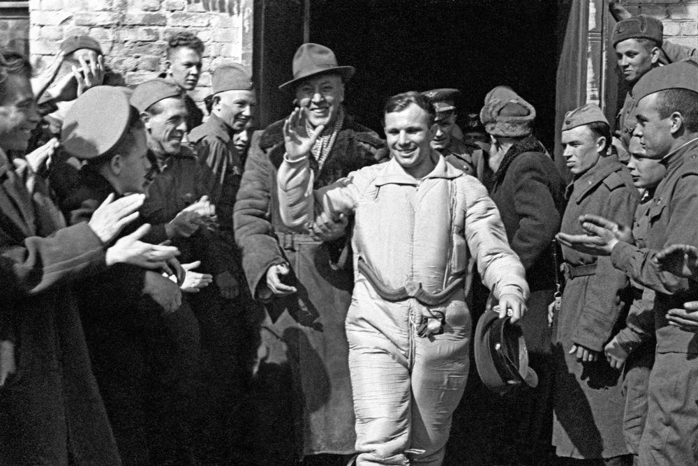 Sovětský kosmonaut Jurij Gagarin po přistání