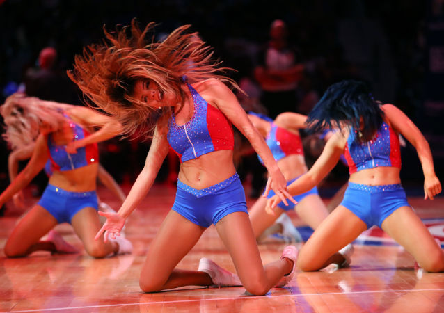 Dívky z podpůrné skupiny basketbalového klubu Detroit Pistons během zápasu proti Memphis Grizzlies v Detroitu