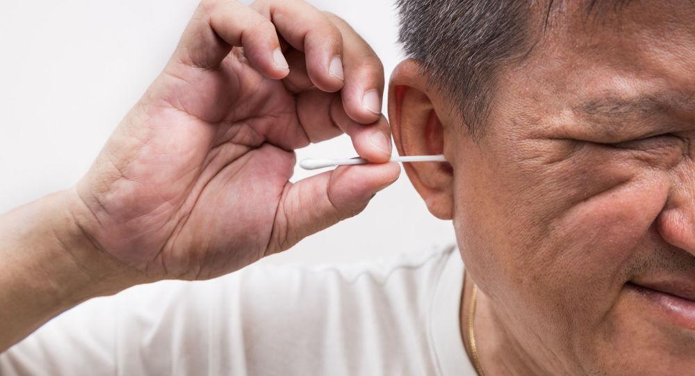 Muž čistí uši