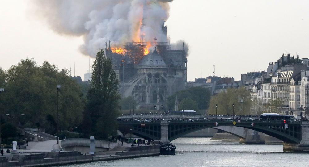 V Paříži hoří katedrála Notre-Dame