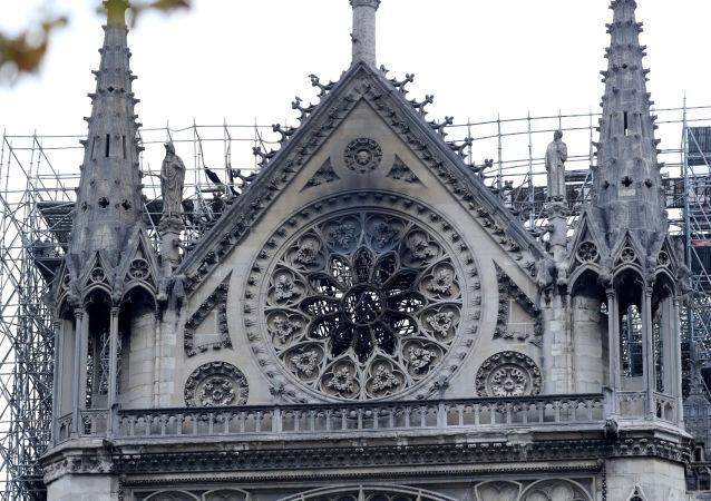Katedrála Notre-Dame po rozsáhlém požáru