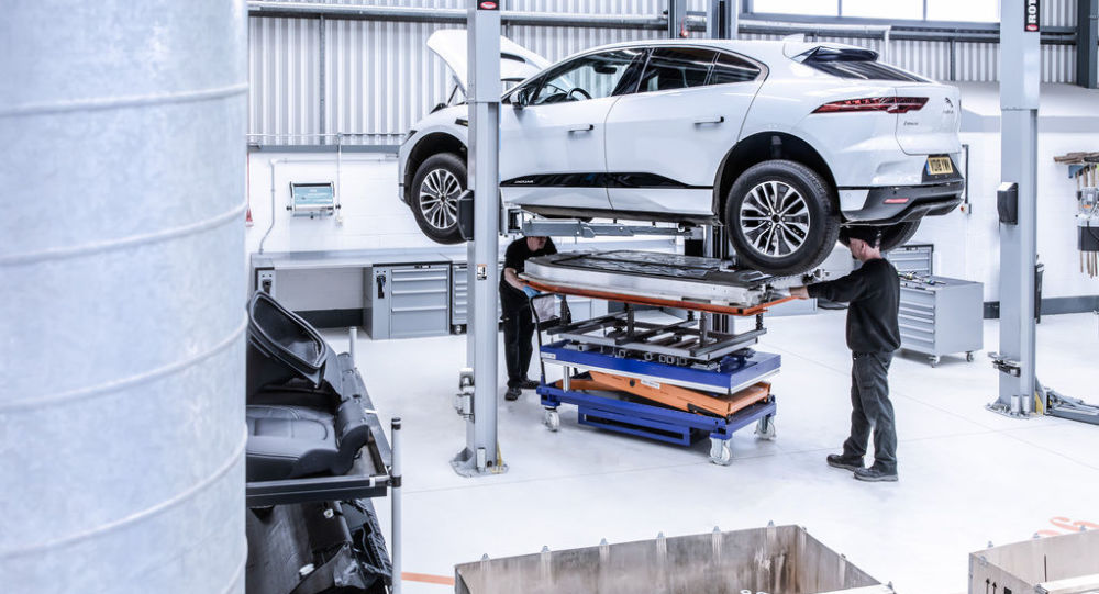 Pracovníci v automobilce Jaguar Land Rover. Ilustrační foto