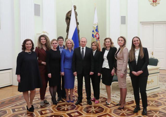 Prezident RF Vladimir Putin a absolventi programu pro rozvoj personálního managementu