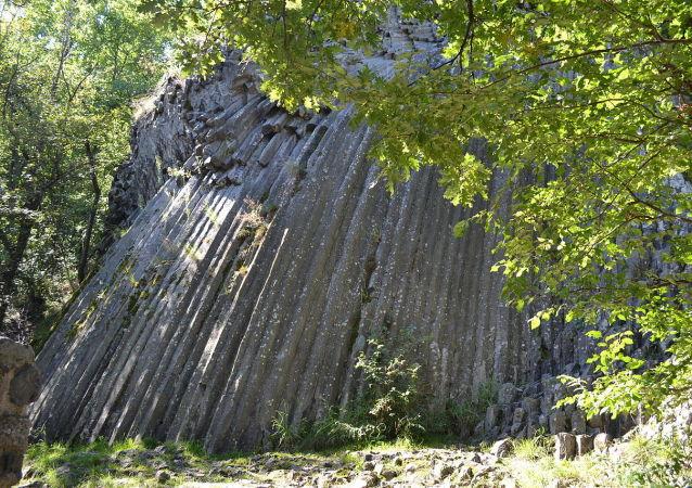 Kamenný vodopád u hradu Šomoška na Slovensku
