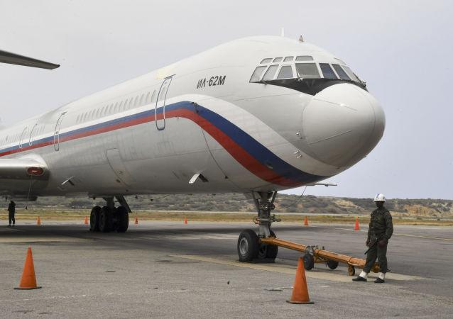 Ruské letadlo Il-62M na letišti Simon Bolivar ve Venezuele