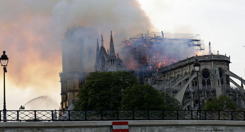 Notre-Dame před a po požáru