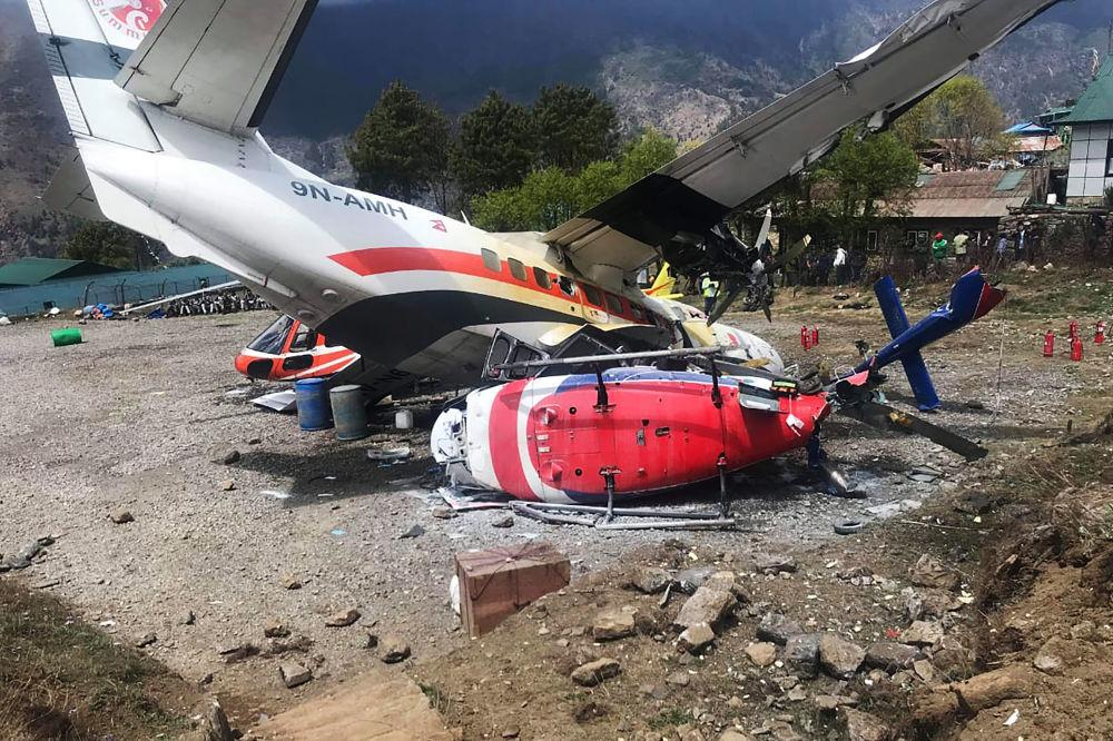 Důsledky srážky Air Let L-410 Turbolet se dvěma vrtulníky na letišti Lukla v Nepálu