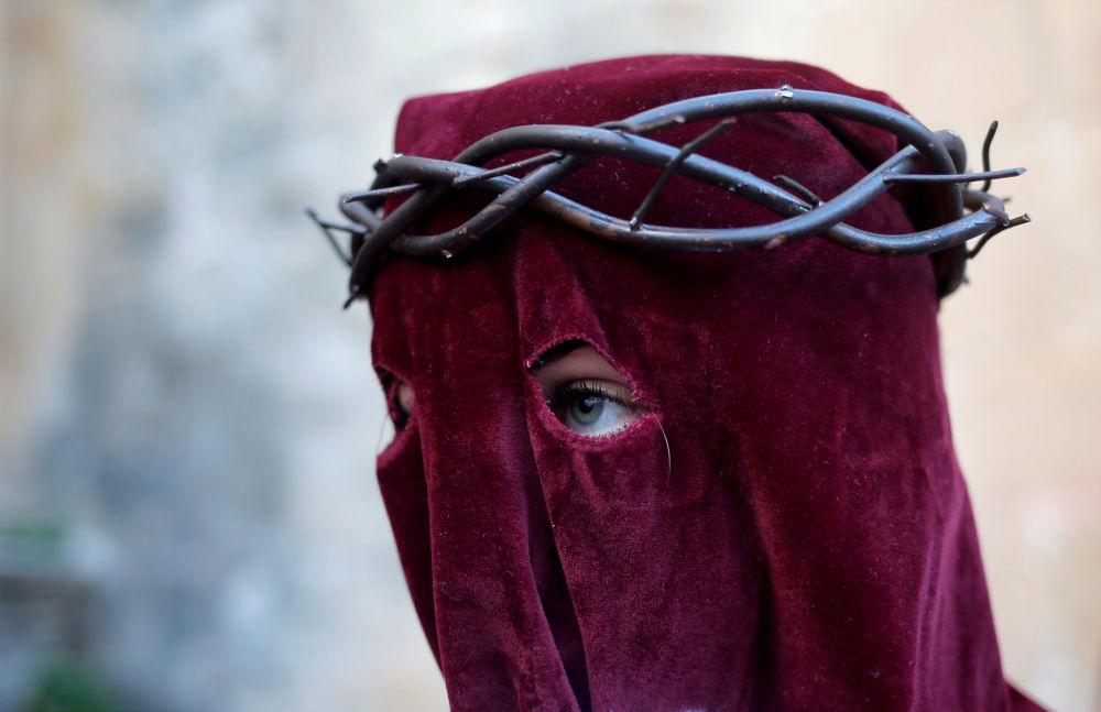 Žena se účastní akcí svatého týdne, Španělsko