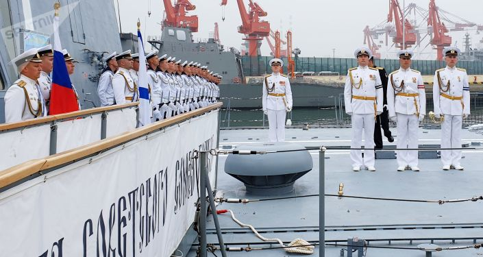Posádka fregaty Admirál Loďstva Sovětského svazu Gorškov v čínském přístavu Čching-tao.