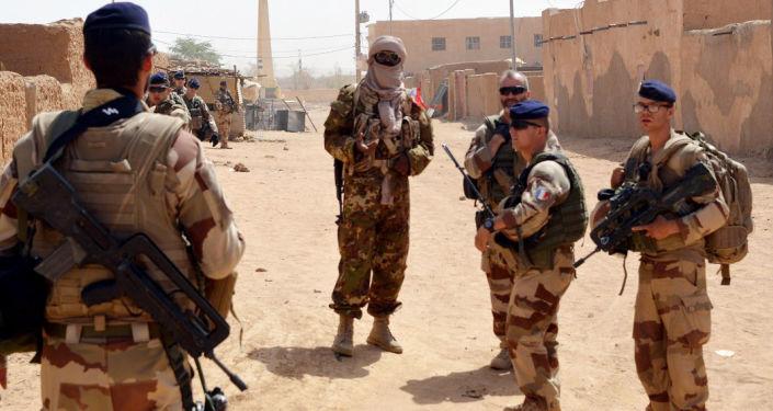 Francouzští vojáci a bývalí povstalci v Mali