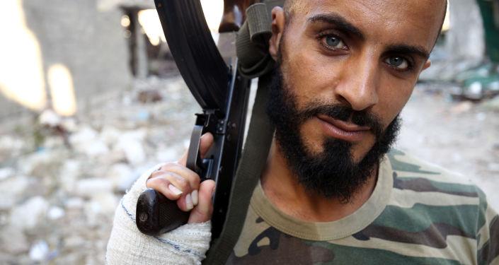 Voják libyjské národní armády s kulometem