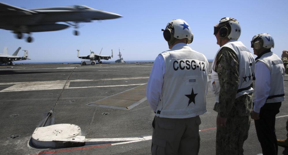 Americká letadlová loď Abraham Lincoln ve Středozemním moři