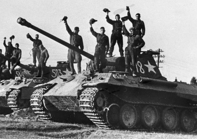 Ruští tankisté na ukořistěných německých tancích Panther v okolí Prahy