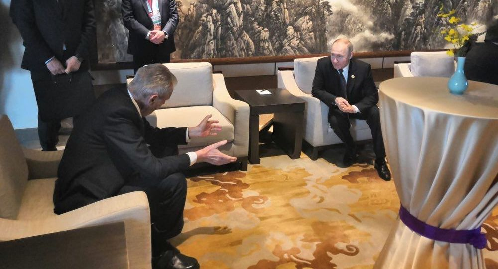 Český prezident Miloš Zeman a ruský prezident Vladimir Putin na konferenci v Pekingu